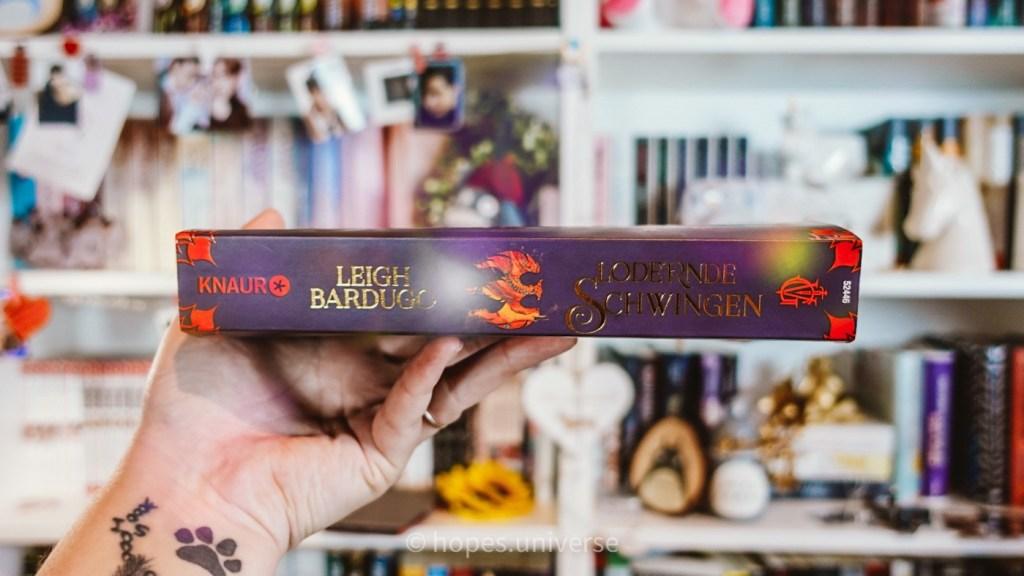 Rezension zu Lodernde Schwingen von Leigh Bardugo: Buchrücken.