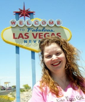 Mélanie Hope in front of the Las Vegas sign