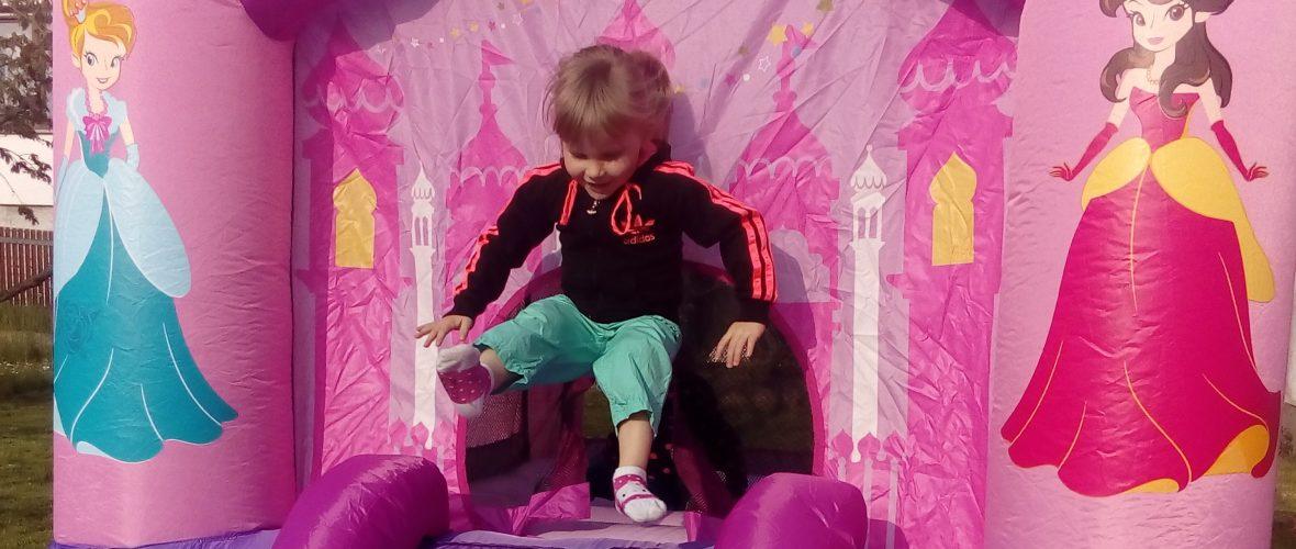 Bild Mädchen hüpft auf Mini-Hüpfburg Prinzessin