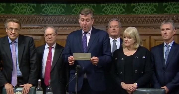 Theresa May sobrevive al voto de confianza de los parlamentarios tory
