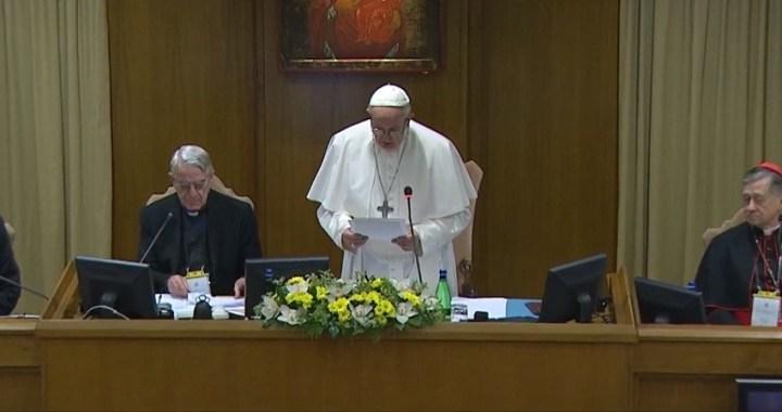 """El Papa dice que el mundo espera """"medidas concretas"""" para abordar el abuso sexual infantil por parte de los sacerdotes"""