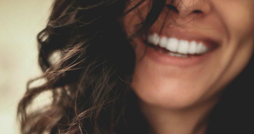 Las claves de la moda de usar carillas dentales
