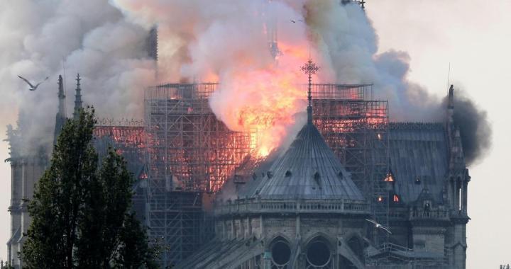 Un devastador incendio devora la catedral de Notre Dame en París