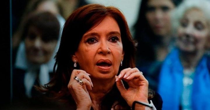Cristina Fernández de Kirchner se sienta en el banquillo de los acusados