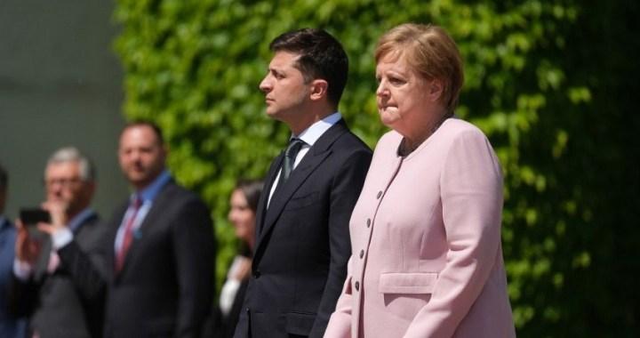 Merkel sufre una serie de espasmos en un acto oficial con el presidente de Ucrania
