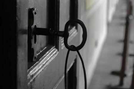 Puerta con llave en cerrojo