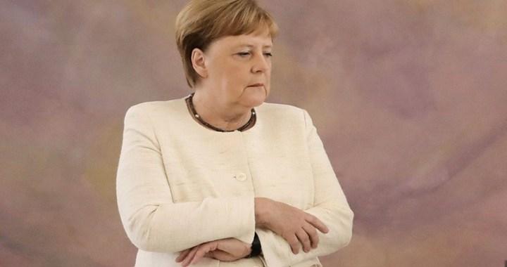 Angela Merkel vuelve a sufrir temblores durante un acto oficial en Berlín