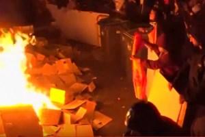 Escenas de guerrilla urbana en Barcelona: el Gobierno avisa de que tomará el control si continúan los disturbios