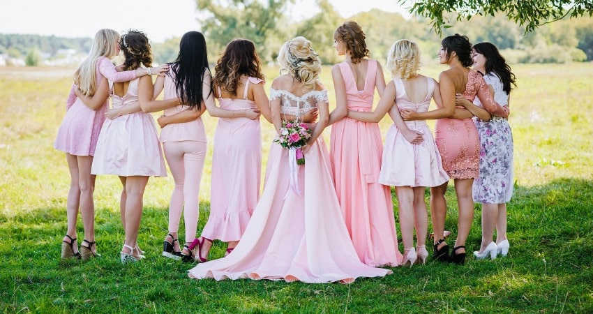 Cómo vestir para una boda con estilo elegante y sencillo