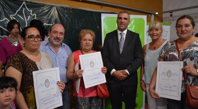 El intendente Ricardo Curutchet y el escribano general del gobierno bonaerense, entregaron 169 escrituras