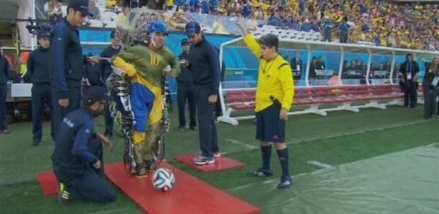 Paraplégico chuta bola com exoesqueleto de Nicolelis