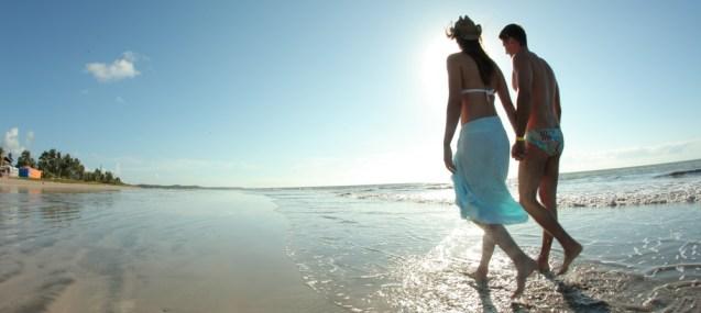 casal-caminhando-praia