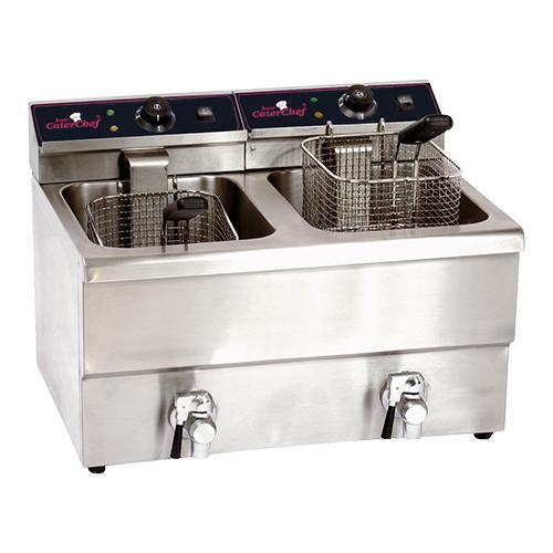 Illustratie: foto van de compacte CaterChef Extra elektrische friteuse. Op de foto is te zien dat beide bakken van 8 liter ieder een eigen aftapkraan en thermostaat hebben.