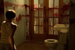 Dylan (Robert Sloan) versteckt sich vor seinem Vater Clint Collins (Lea Coco). © Wild Bunch Germany