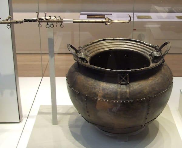 Sheet_bronze_cauldron_british_museum