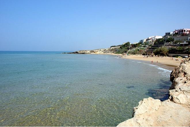 La spiaggia di Cava d'Aliga, dove si potrebbe incontrare Pierangelo Buttafuoco, giornalista e polemista, siciliano innamorato della Sicilia e come tutti gli innamorati viscerali il primo critico della propria terra