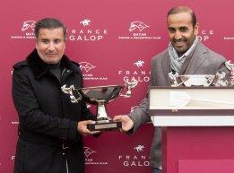 Amyr-Du-Soleil-HH-Sheikh-Mohamed-Bin-Khalifa-Al-Thani-receiving-trophy-from-QREC-chairman-Mr.-Issa-Al-Mohannedi.