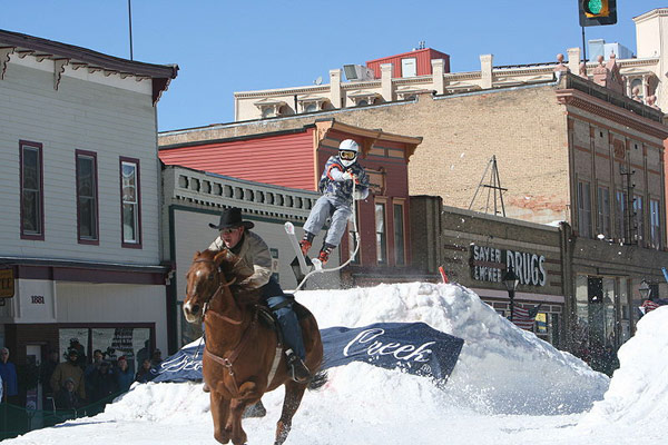 Skijoring with horses; some variants include slalom gates and jumps. By Kaila Angello - Photographer Kaila Angello, CC BY-SA 3.0