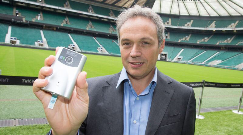 University of Birmingham Professor Tony Belli withthe prototype of the hand-held device to test for concussion.