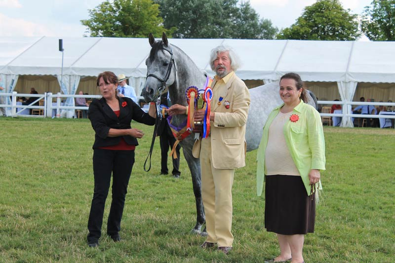 Princess Alia, at right, with fellow judge and arabian enthusiast Peter Upton at a British show.