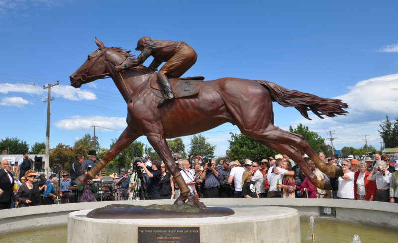 The bronze statue of Phar Lap was unveiled at Timaru Racecourse today.
