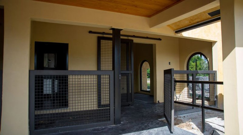 Some veterinary hospitals, such as the Palm Beach Equine Clinic, have on-site isolation facilities with individual air flow systems.