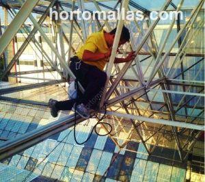 Instalación de Malla Anti-Palomas GUACAMALLAS® con ayuda de equipo de escalada y equipo profesional en grandes alturas