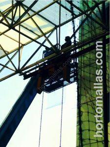 Protecciones anti-pájaros GUACAMALLAS detalle de la instalación en grandes alturas con ayuda de grúa