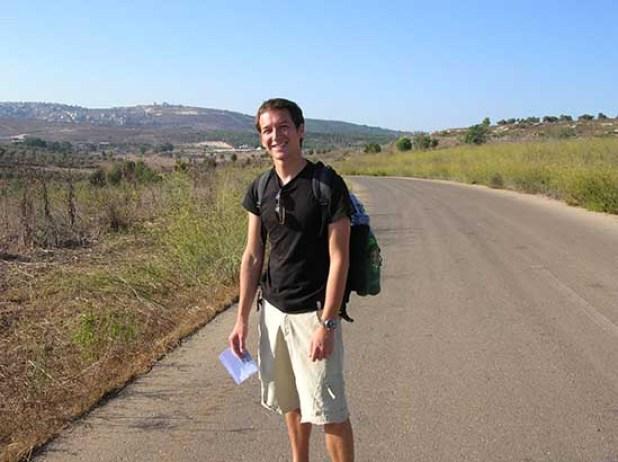 תייר שאיבד את דרכו בשדות