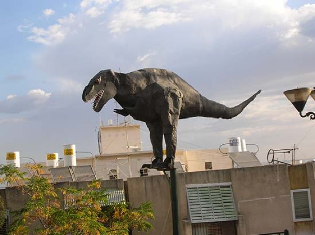 דינוזאור משובט מקפץ על הגגות