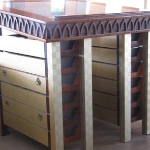 המגירות הן לחם הפנים - שולחן הקריאה - בית כנסת שילה