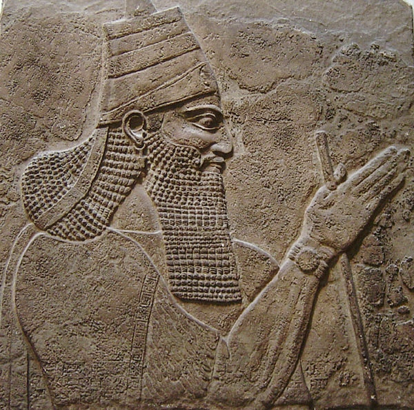 תגלת פלאסר השלישי; פרט באסטלה במוזיאון הבריטי בלונדון