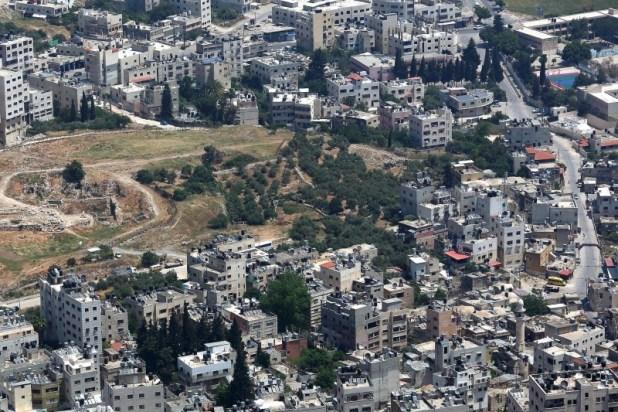"""בצד שמאל נראים שרידי חומת העיר המקראית שכם. וכן נראים שרידי מקדש גדול שיש המייחסים אותו ל""""מקדש ה'"""" הנזכר בסוף ספר יהושע. בצד המקדש נראה סלע גדול המיוחס לאבן הגדולה"""" שנזכרת במעמד כריתת הברית בשכם. בצד ימין נראה קבר יוסף (מבנה עם כיפה לבנה). צילום:יאיר דב"""