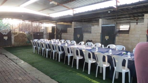 המאחרים פתחו שולחן לאורחים המסיירים