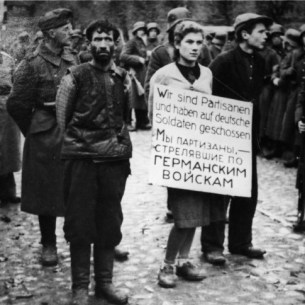 מאשה ברוסקינה (בת מינסק) לפני הוצאתה להורג She and her comrades were executed in Minsk on October 26, 1941. כל מהלך ההוצאה להורג צולם בידי צלם גרמני. במשפטי נירנברג לאחר המלחמה היו תמונות אלה חלק מחומר הראיות של התביעה נגד פושעי המלחמה הנאצים.