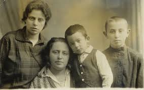 האחיות חיה כהן וציפורה כהן-לוין ובניהן - Zippora and Chaya and their children