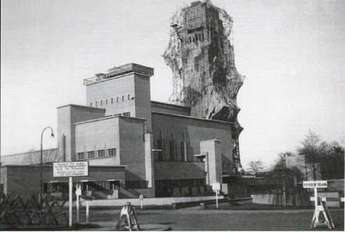 """כריסטיאן, המפקד העליון של הצבא הגרמני בהולנד, התיישב בבית העירייה בהילברסום. המגדל הבולט של בית העירייה הוסווה מיד. מכאן ואילך בית העירייה נקרא גם """"מבצר הילברסום"""". Foto: http://www.nicospilt.com"""