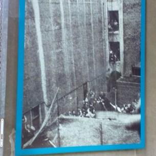 צילום של יהודים אסורים בתיאטרון היהודי
