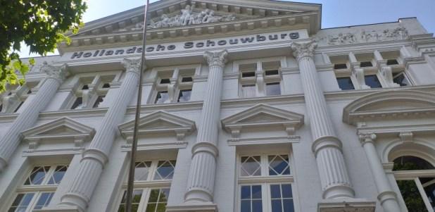 """ההוֹלַנְדְסֶה סְכַאוּבּוּרְך Hollandsche Schouwburg """"התיאטרון ההולנדי"""" הוא אתר זיכרון הולנדי לקורבנות הנאצים. המבנה, השוכן ברחוב פלנטאז'ה מידלאן באמסטרדם, שימש כתיאטרון מעת בנייתו ב-1892 ועד 1942. בזמן מלחמת העולם השנייה השתמשו בו הגרמנים לריכוז יהודי אמסטרדם בטרם שליחתם למחנה וסטרבורק ולמחנות אחרים."""