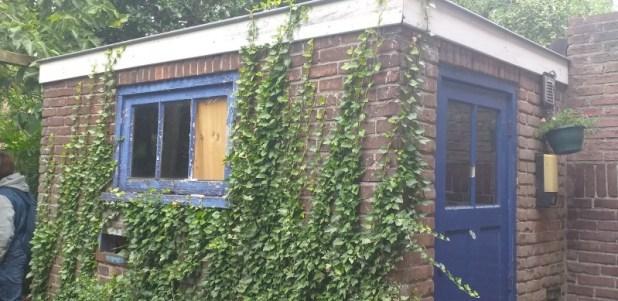 המבנה האדום בגינה האחורית של משפחת ויינברג ברחוב Wandelpad 90. כאן בטסי כתבה שירים בעברית.