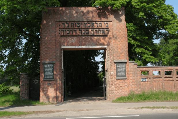בית הקברות היהודי בגבול הולנד-בלגיה. כִּי מַלְאָכָיו יְצַוֶּה לָּךְ לִשְׁמָרְךָ בְּכָל דְּרָכֶיךָ.