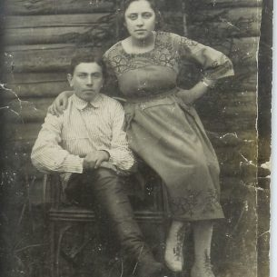 Yeshayahu Yitshak Cohen and Zippora Cohen in front of the family log cabin in Bogushivichi