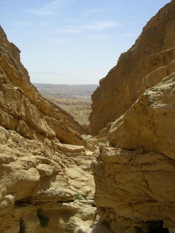 בולדרים בנחל עקרבים צילום:Yuvalif Public Domain