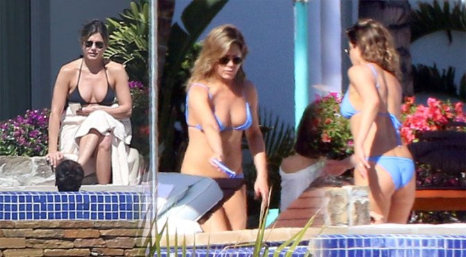 Jennifer Aniston – Bikini Candids in Mexico