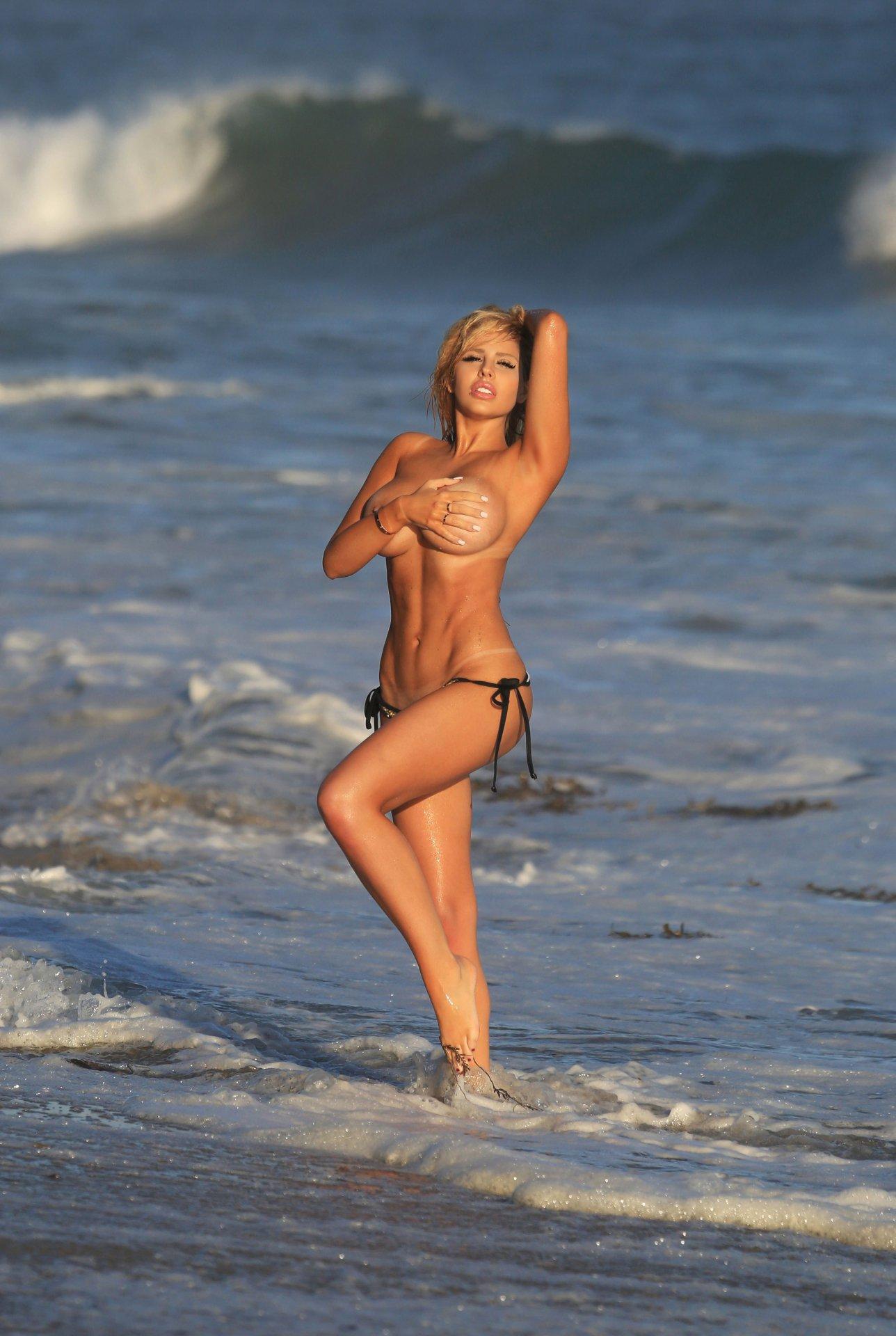 Francesca Larraine - topless na plaži - fotografija 19