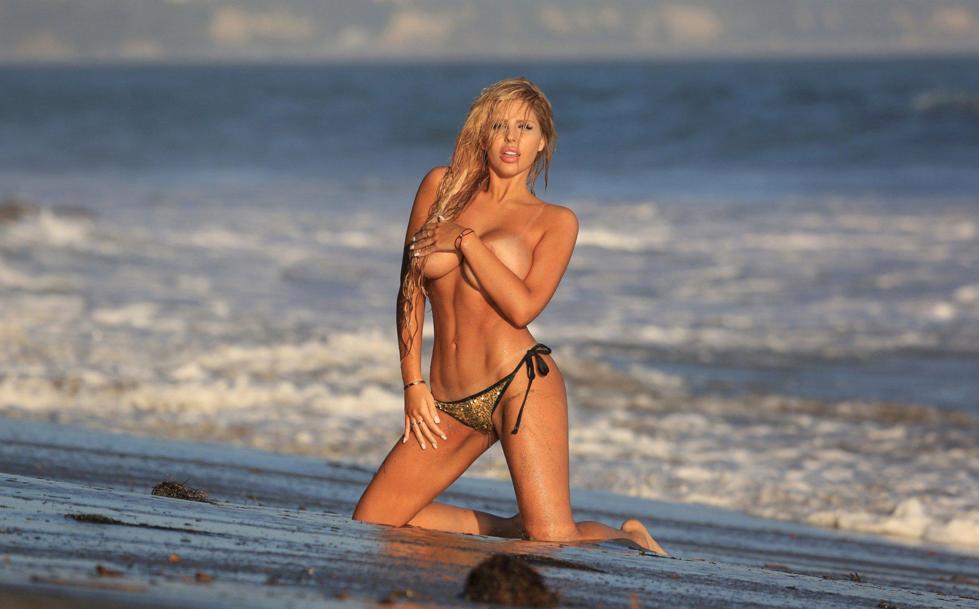 Francesca Larraine - topless na plaži - fotografija 23