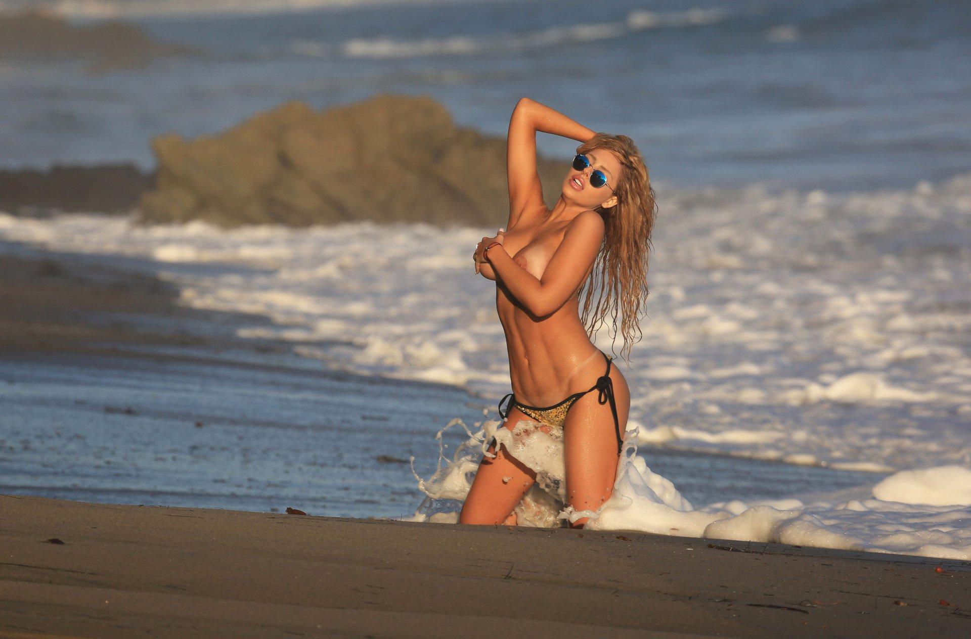 Francesca Larraine - topless na plaži - fotografija 24