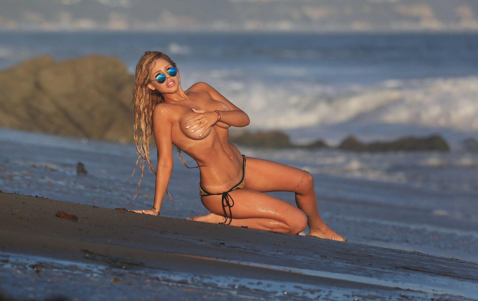 Francesca Larraine - topless na plaži - fotografija 26