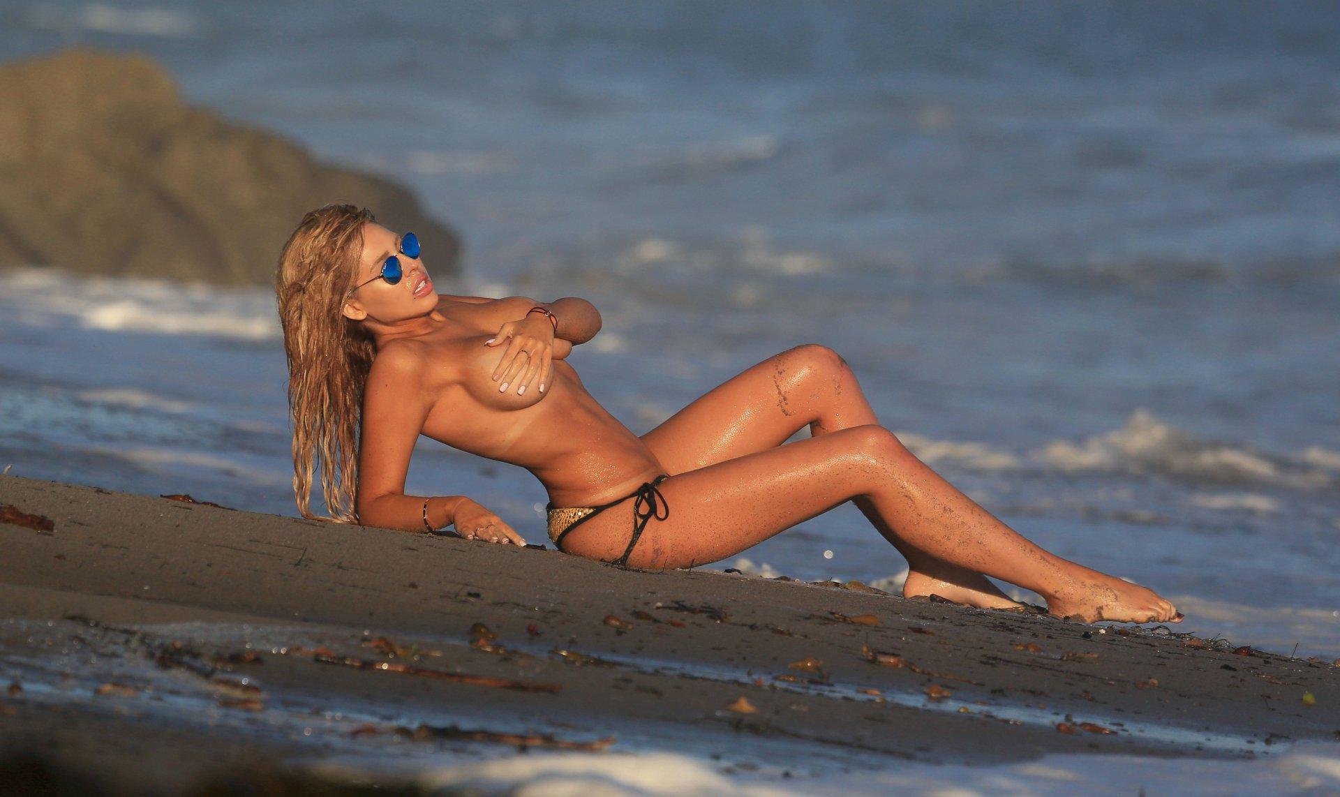 Francesca Larraine - topless na plaži - fotografija 27