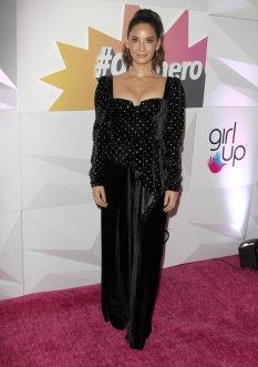 Olivia Munn Sexy Cleavage
